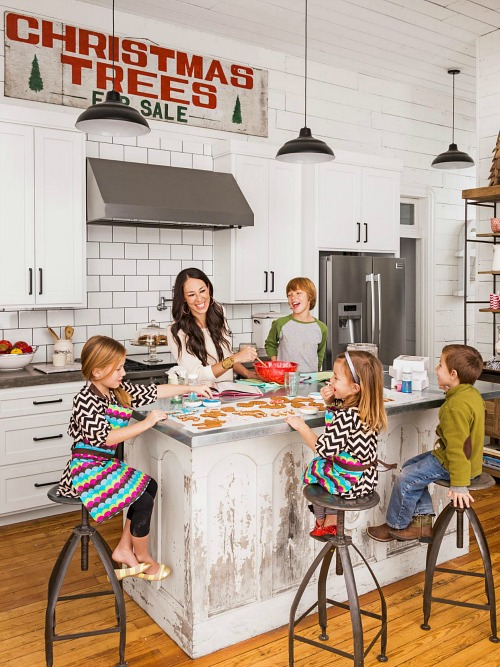 chip-and-joanna-gaines-hgtv-fixer-upper-christmas-farmhouse-3